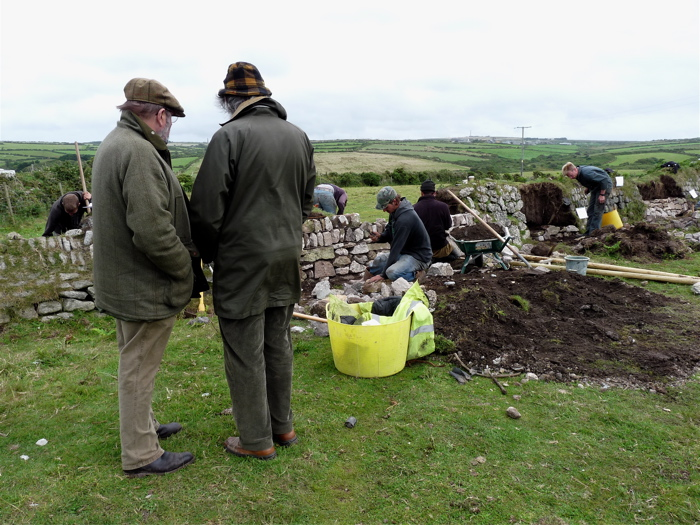 Cornish comedian Jethro (left) and Guild founder Robin Menneer watching a Practical Hedging Test in progress, July 2009.